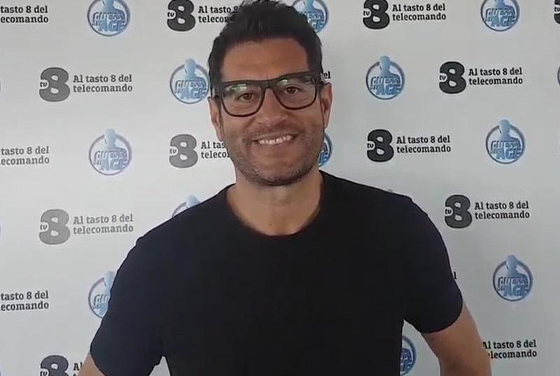 SU TV8 ENRICO PAPI BRUCIA TUTTI CON LA PARTENZA DI GUESS MY AGE – INDOVINA L'ETÀ