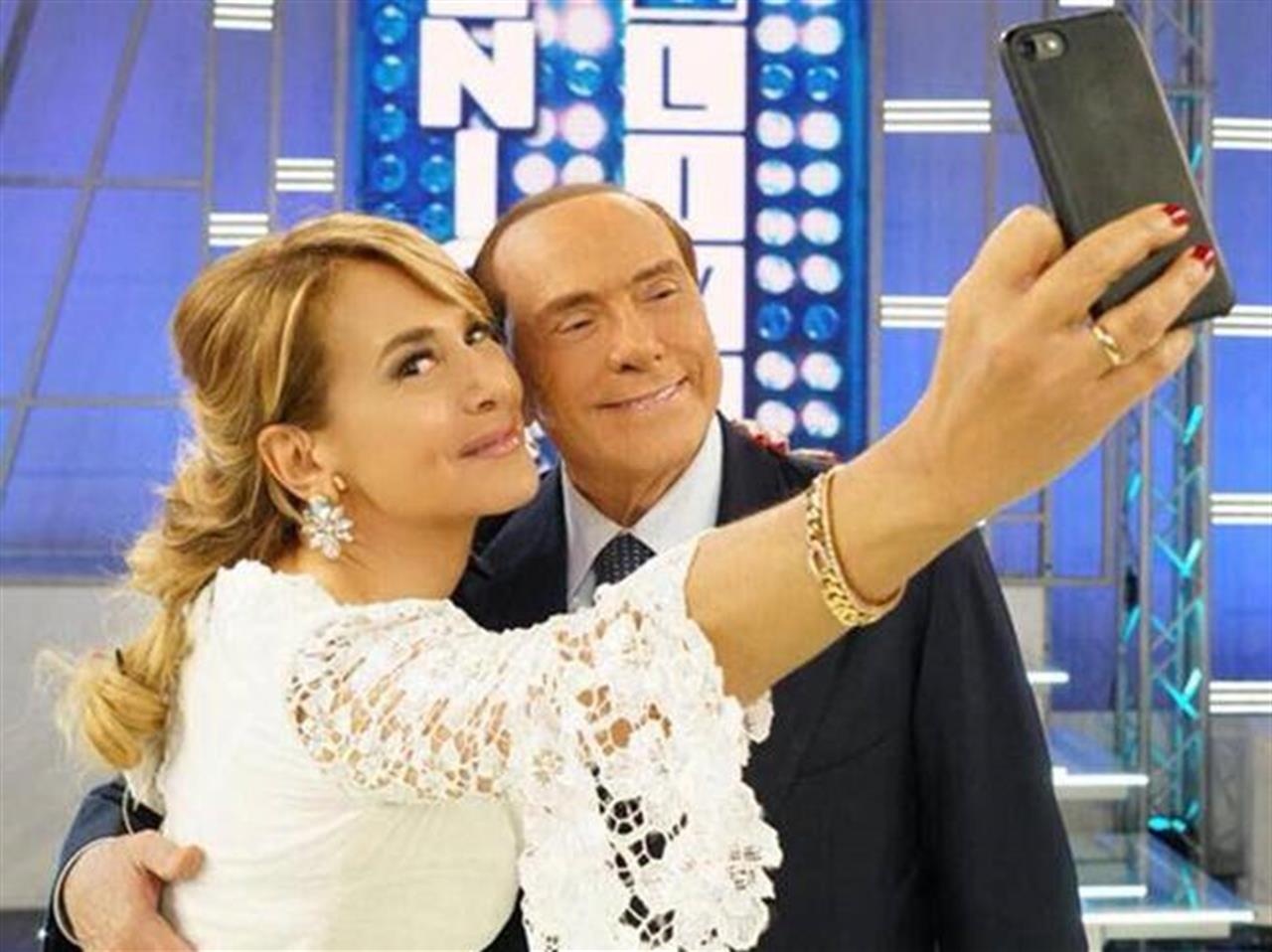 """BERLUSCONI BLINDA """"A VITA"""" BARBARA D'URSO A CANALE 5 DOPO IL SUCCESSO DEL #GF15"""